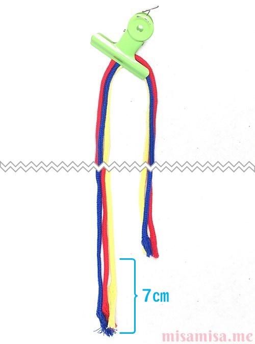 片方輪っかの3色3本の斜め模様ミサンガの作り方手順1