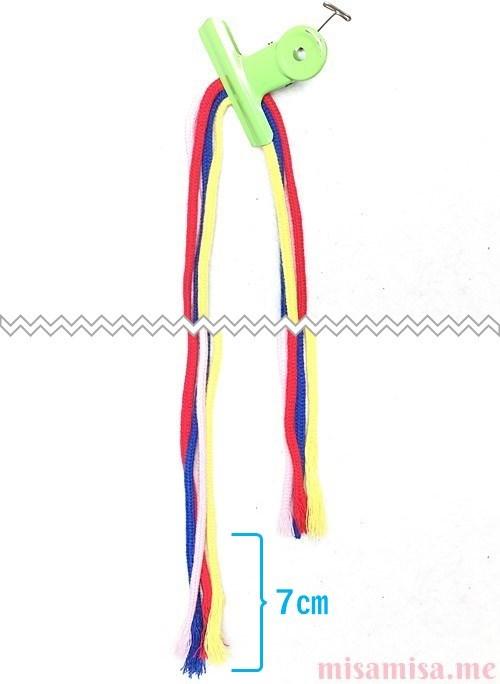 片方が輪っかになった4色4本のV字模様ミサンガの作り方手順1