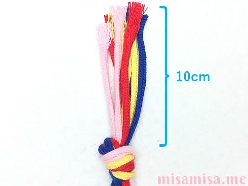 4色8本のV字模様ミサンガの作り方手順1