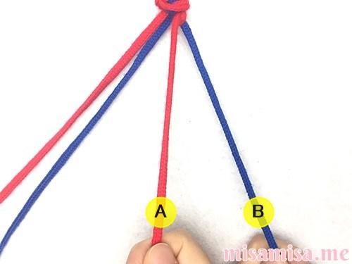 片方輪っかの2色2本のV字模様ミサンガの作り方手順10
