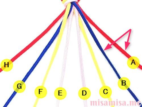 片方が輪っかになった4色4本のV字模様ミサンガの作り方手順5