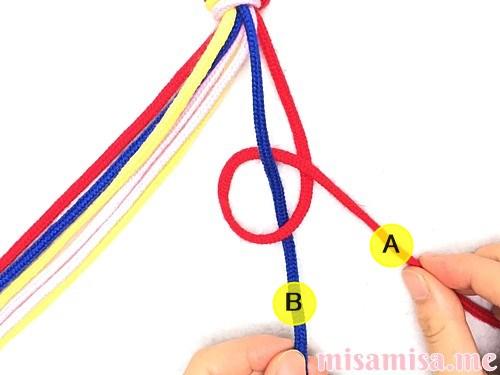 片方が輪っかになった4色4本のV字模様ミサンガの作り方手順7