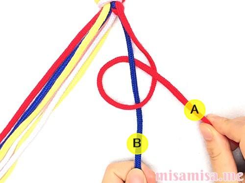 片方が輪っかになった4色4本のV字模様ミサンガの作り方手順11