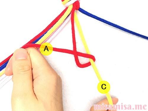 片方が輪っかになった4色4本のV字模様ミサンガの作り方手順18