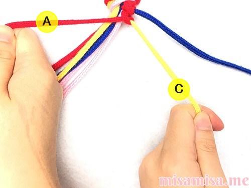 片方が輪っかになった4色4本のV字模様ミサンガの作り方手順22