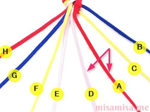 片方が輪っかになった4色4本のV字模様ミサンガの作り方手順25