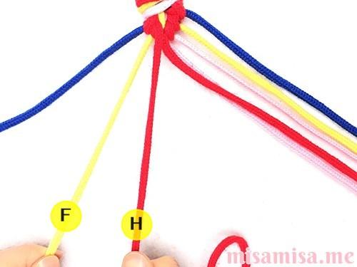 片方が輪っかになった4色4本のV字模様ミサンガの作り方手順50