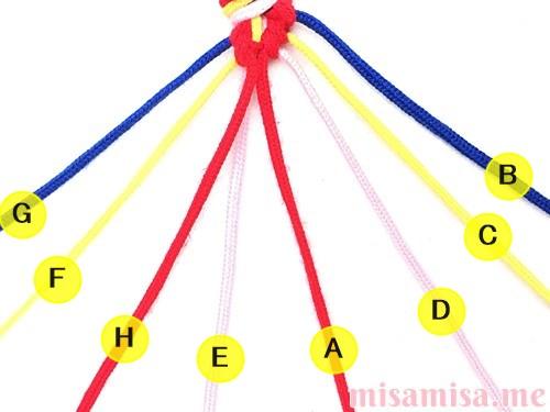 片方が輪っかになった4色4本のV字模様ミサンガの作り方手順54