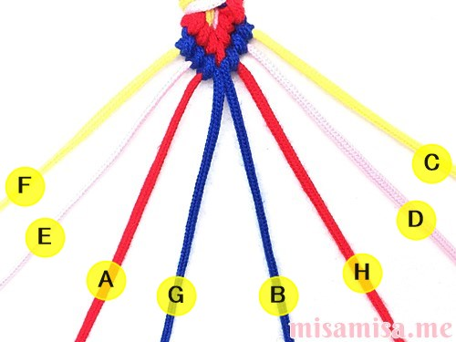 片方が輪っかになった4色4本のV字模様ミサンガの作り方手順116