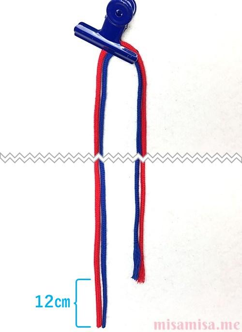 片方輪っかの2色2本のV字模様ミサンガの作り方手順1