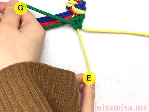 4色8本のモザイク模様ミサンガの作り方手順34