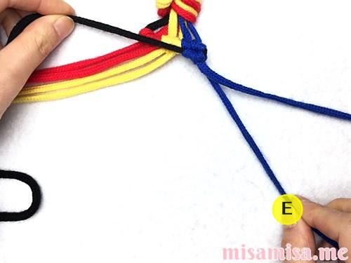 3色7本の縦ストライプ模様ミサンガの作り方手順55