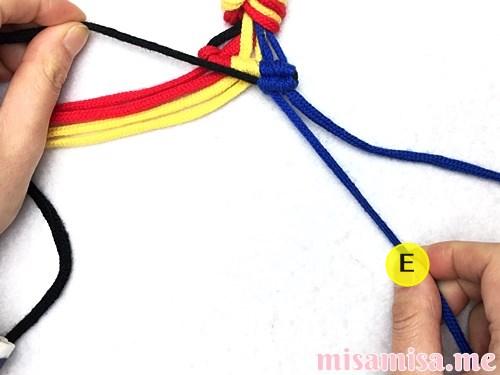 3色7本の縦ストライプ模様ミサンガの作り方手順57