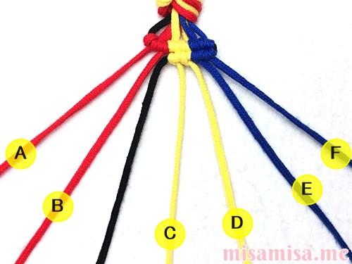 3色7本の縦ストライプ模様ミサンガの作り方手順72